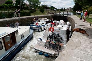 Passage de bateaux à une écluse du Canal du Midi
